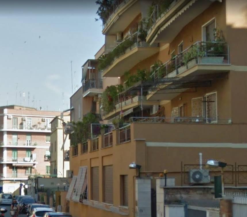 COLLI ALBANI/TUSCOLANA a due passi dalla metro A, in una zona fornita di tutti i servizi, ma in un contesto riservato e tranquillo, si propone in affitto appartamento di grande metratura posto al