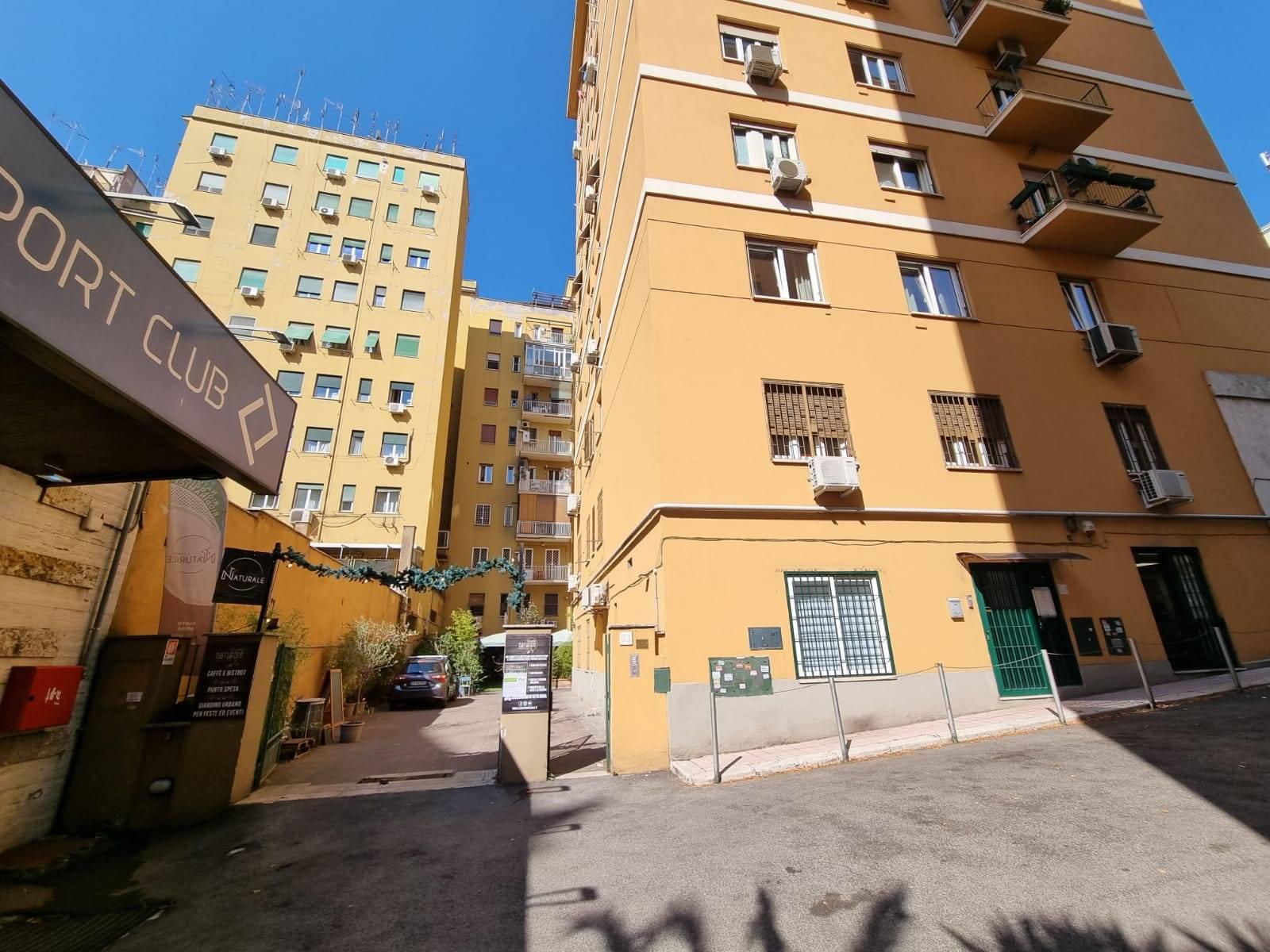 Largo Somalia, nei pressi del Parco Villa Chigi, a 10 minuti dalla metro Libia, proponiamo in affitto delizioso appartamento posto al piano terra di