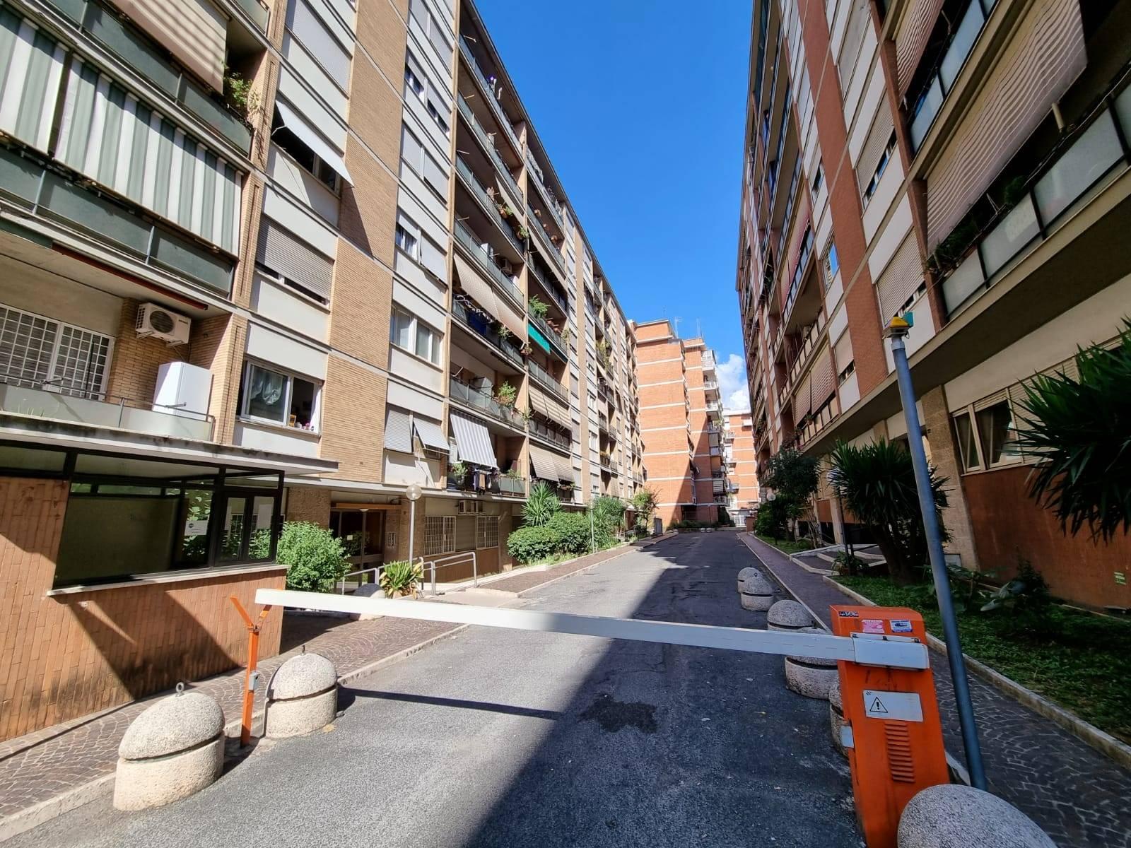 Casal Bruciato, precisamente in Via Carlo Tenca strada privata in stabile in cortina proponiamo in affitto camera di 20mq, in appartamento di 120 mq