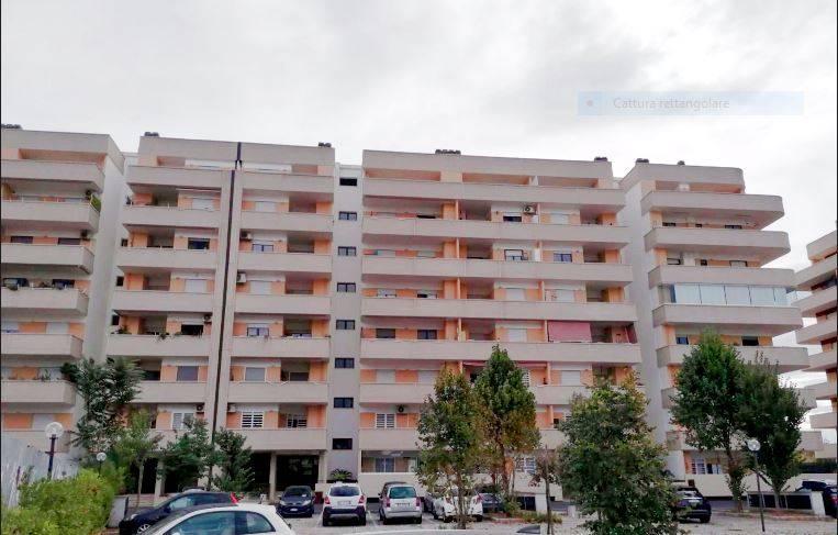 LAURENTINA-CASTEL DI LEVA, in complesso residenziale di recente costruzione, al piano quarto di una elegante palazzina, proponiamo la locazione di un