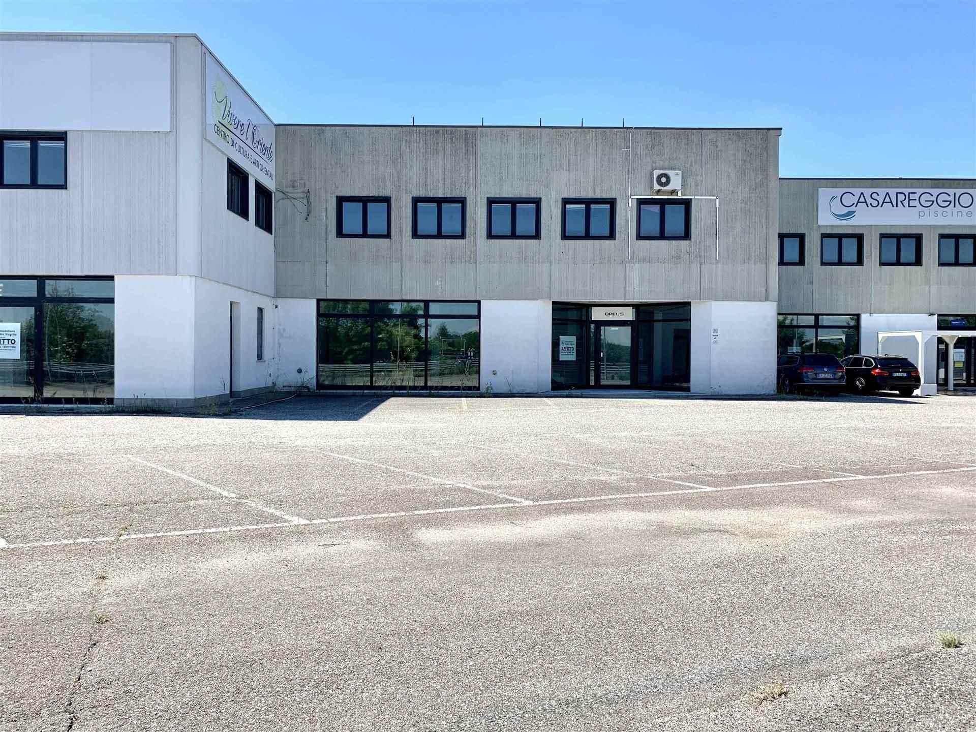Immobile Commerciale in affitto a Borgo Virgilio, 10 locali, zona Località: CERESE, prezzo € 1.800 | CambioCasa.it