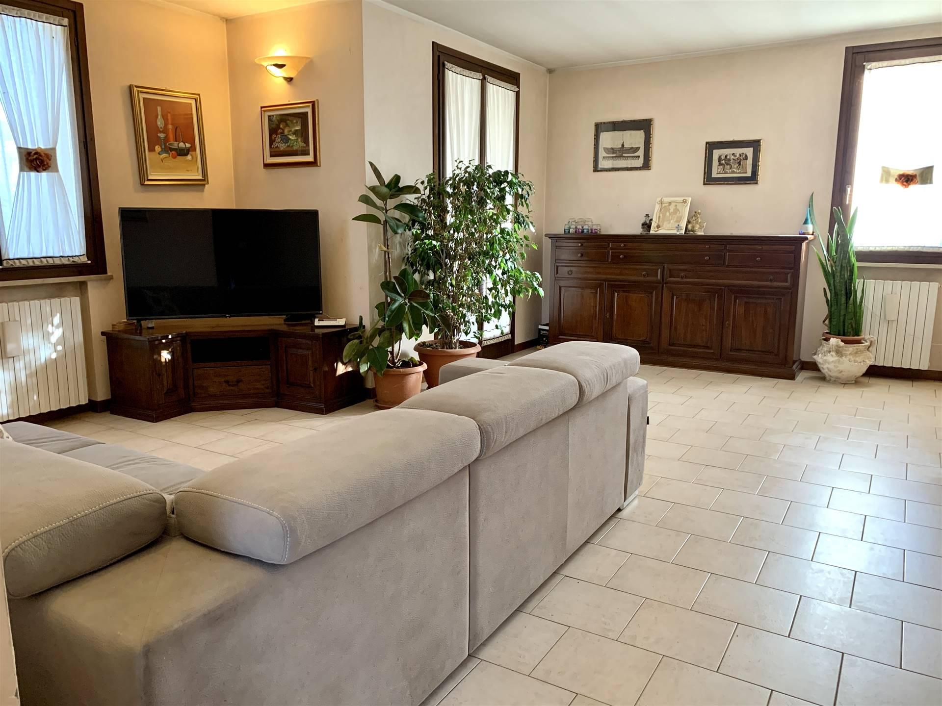 Villa Bifamiliare in vendita a Bagnolo San Vito, 6 locali, prezzo € 165.000 | CambioCasa.it