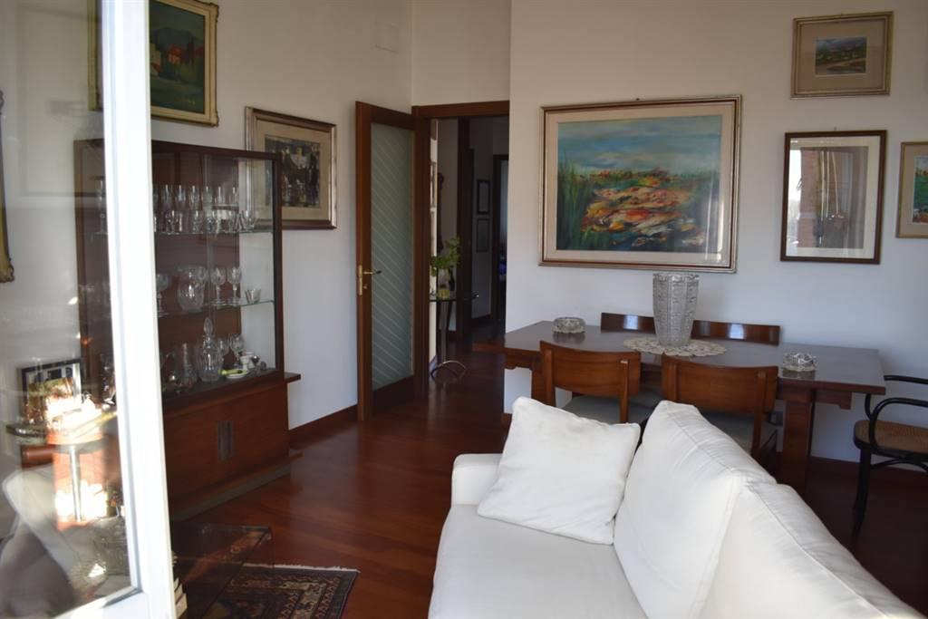Appartamento sito al 6° piano ed ultimo piano composto da 3 locali, cucina abitabile, bagno e due balconi, cantina e porzione di solaio ad uso