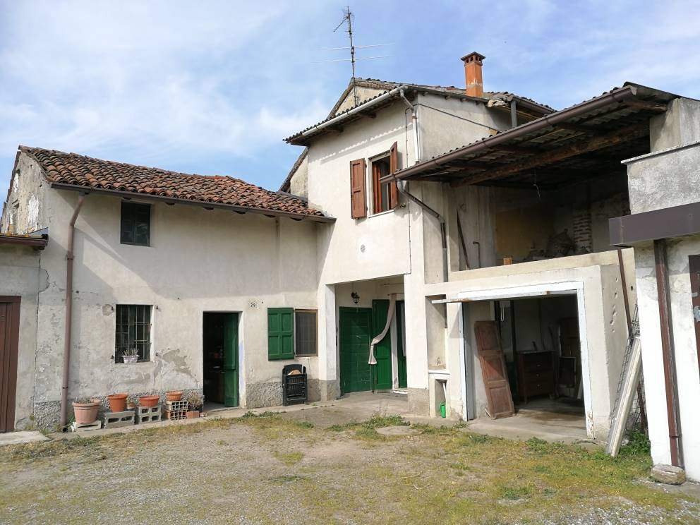 Casa in campagna su 2 livelli, con rustico adiacente e terreno di mq. 900 c.a. Casa di 3 locali con doppi servizi (mq. 90) c.a da sistemare