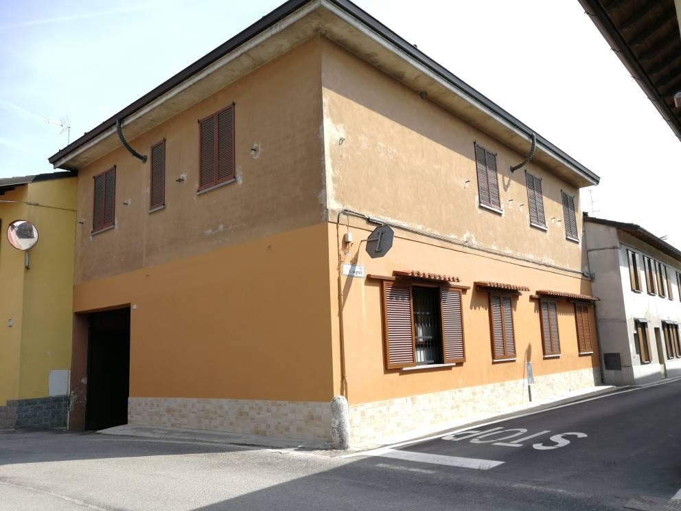 Indipendente appartamento (mq. 100 c.a) posto al piano primo composto da 3 ampi locali, con cucina abitabile, tinello, sala e bagno (da sistemare).