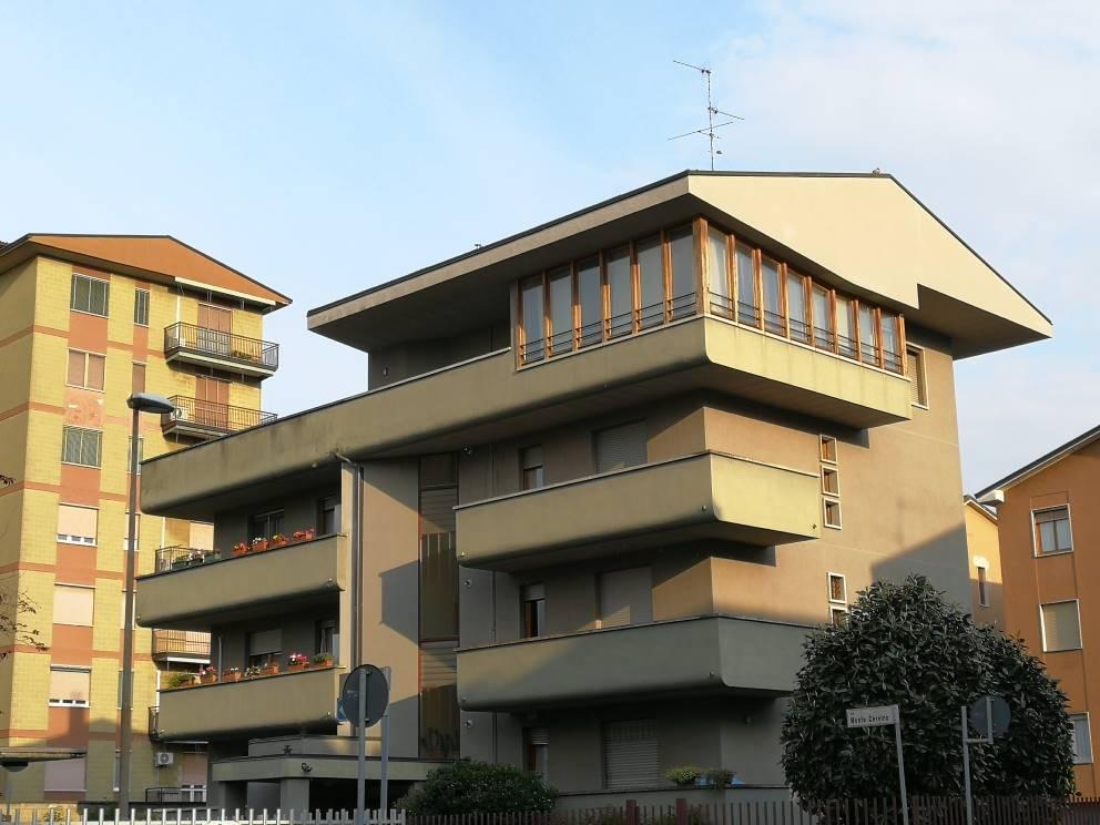 Con terrazzo (mq. 90 c.a), ampio e luminoso 3 locali con cucina abitabile e doppi servizi (mq. 105 comm.) sito al piano 3° ed ultimo. Annessa cantina