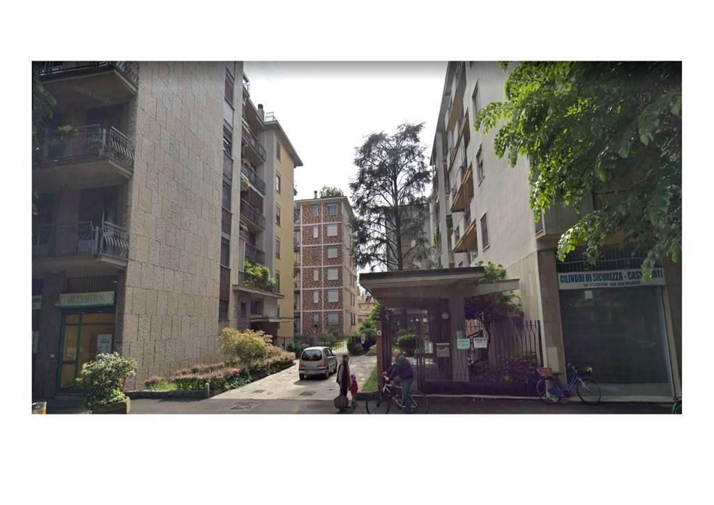Sito al piano 5° su 6, quadrilocale con cucinotto e bagno con balconata, gode di ottima vista e tranquillità. Tutto parquet, tranne bagno e cucina.