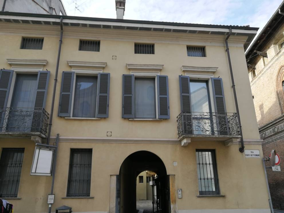 Quadrilocale con doppi sarvizi (finestrati), con cucinotto ed ampia sala con accesso direttamente in ascensore, balconcino e cantina. Rifinito tutto