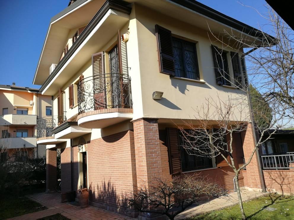 Villa singola su 2 livelli con mansarda ed ampia taverna con giardino su 4 lati. Al piano terra abbiamo la sala-soggiorno con camino, la cucina