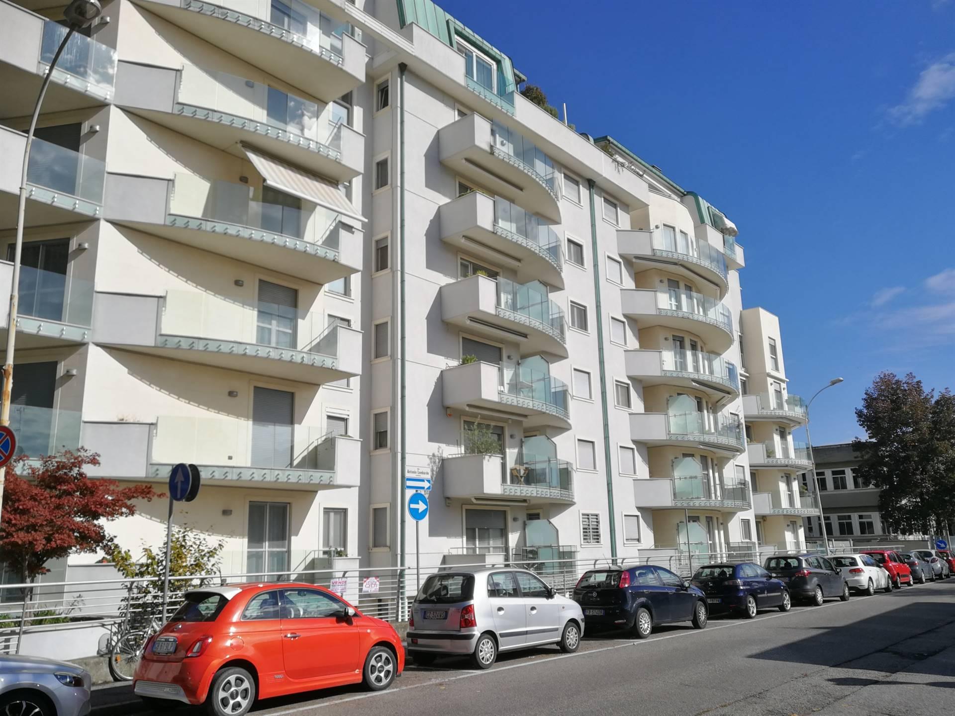 Appartamento di 2 locali in zona Stazione, al 2° piano composto da: soggiorno con cucina a vista, camera matrimoniale e bagno, 2 balconi uno sul