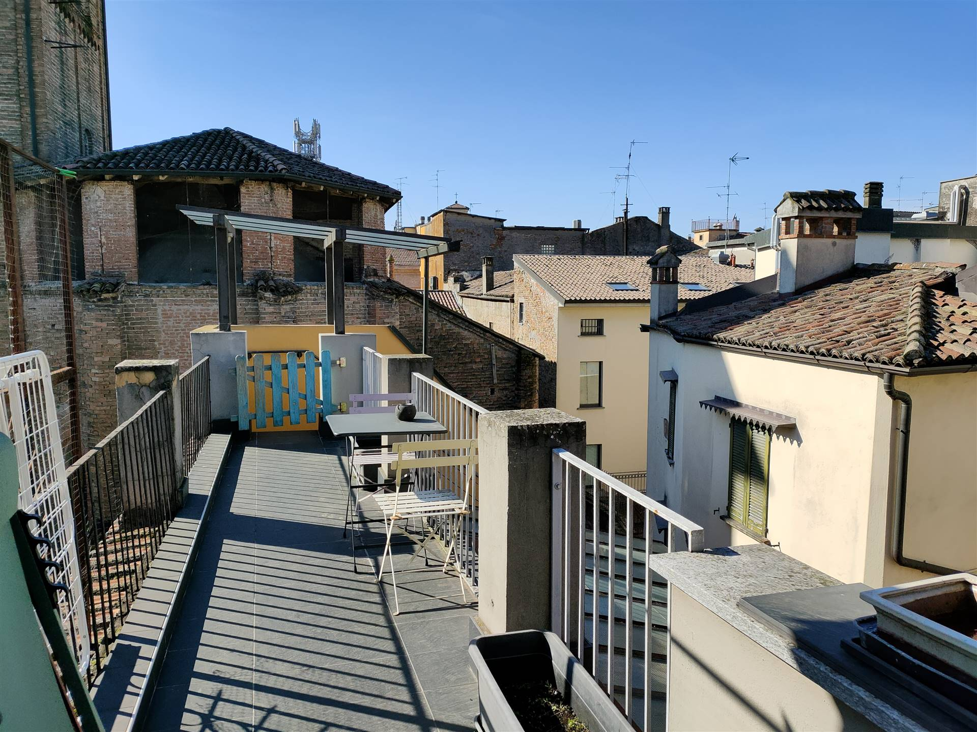 Graziosissima mansarda che domina i tetti di Lodi, composta da: ingresso, soggiorno con cucina a vista,disimpegno con camera, bagno con terrazzino.