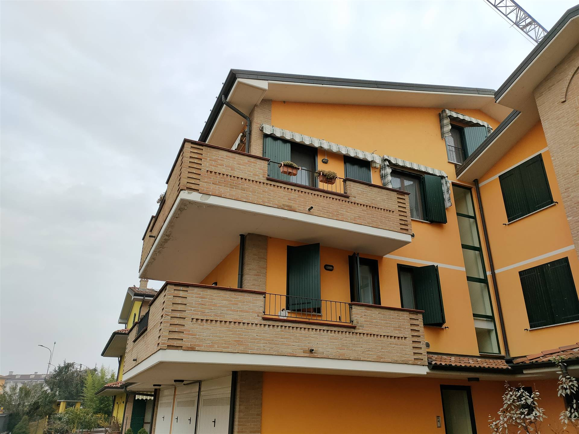 Bilocale su due livelli con terrazzino. Arredato in cucina, camera nel sottotetto e i 2 bagni. Aria condizionata e tende da sole. Posto auto privato