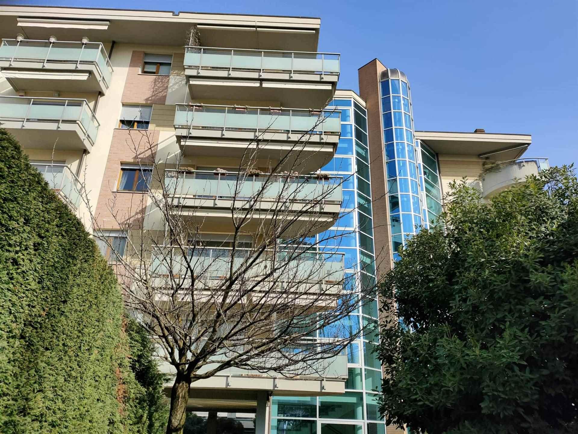 Signorile appartamento di mq. 285 c.a oltre a terrazzo arredato di mq. 60 e 5 balconi - tripla esposizione. Sito al 4° piano su 5, ha l'ingresso