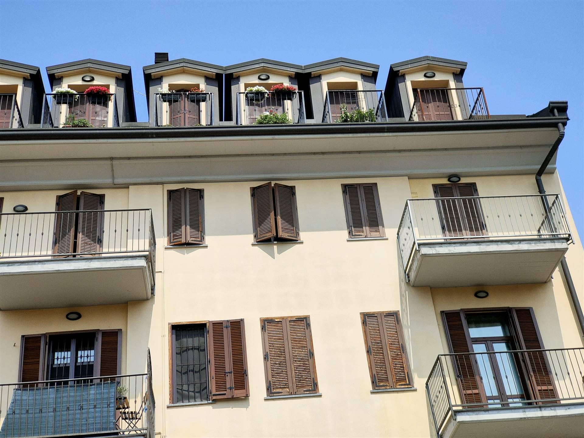 Graziosa ed ampia mansarda con 4 balconcini posta al quarto piano con ascensore. Viene venduta completamente arredata e condizionata. Molto