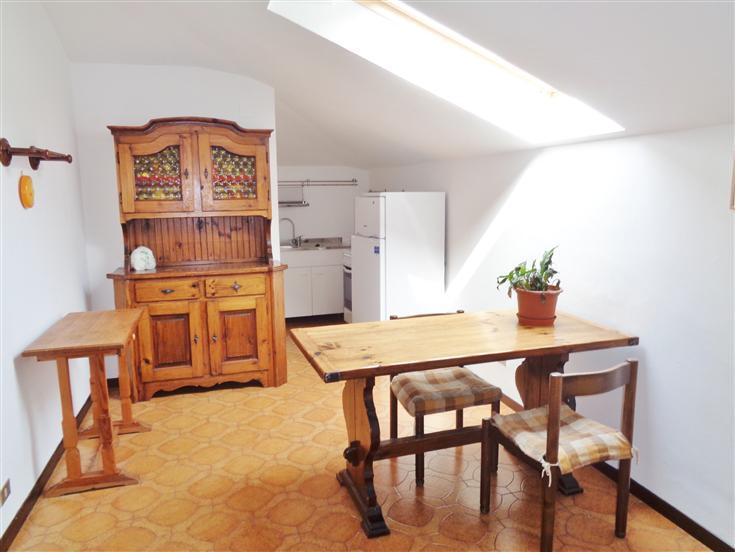 Mondovì Breo, proponiamo ampio bilocale mansardato arredato, composto da ingresso, zona giorno con angolo cottura, ampia camera da letto, bagno con