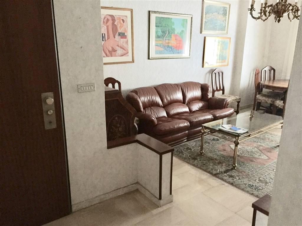 appartamento in centro composto da cucina abitabile , soggiorno, 2 camere, bagno con doccia e vasca. riscaldamento centralizzato con termovalvole.