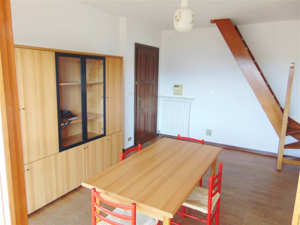 Appartamento Bilocale arredato composto da ingresso , cucinino, soggiorno, bagno, camera e anticamera. Ampio terrazzo panoramico e cantina.