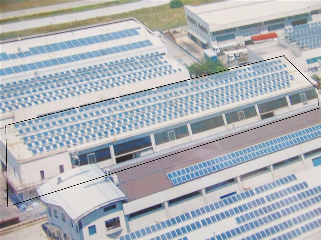 Capannone industriale con carroponte , magazzino e spogliatoi interrati con bagni e docce e possibilità di abitazione al primo piano.Riscaldaamento