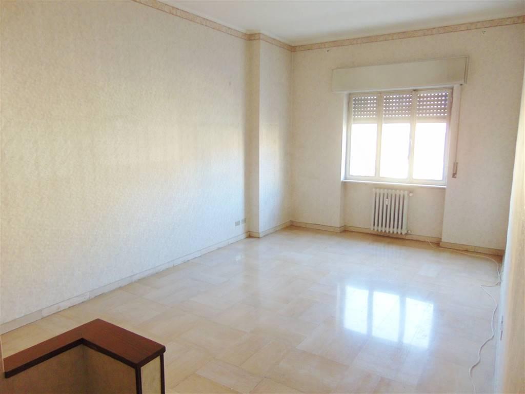 appartamento in centro semi arredato composto da cucina abitabile , soggiorno, 2 camere, bagno con doccia e vasca. riscaldamento centralizzato con