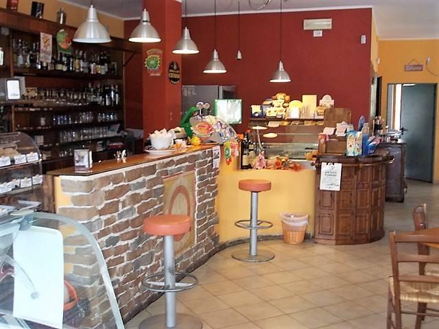 Proponiamo locale commerciale,ideale per attività di bar e ristorazione. Arredato con bancone bar, cucina attrezzata, bagni, ampie vetrate. Situato