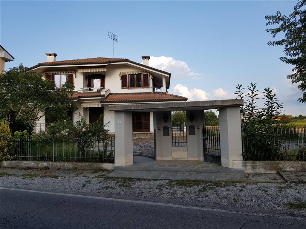 Proponiamo Villa libero sui 4 lati. Si compone di due appartamenti indipendenti con rifiniture di pregio. Ampio giardino e cortile. Al piano terreno: