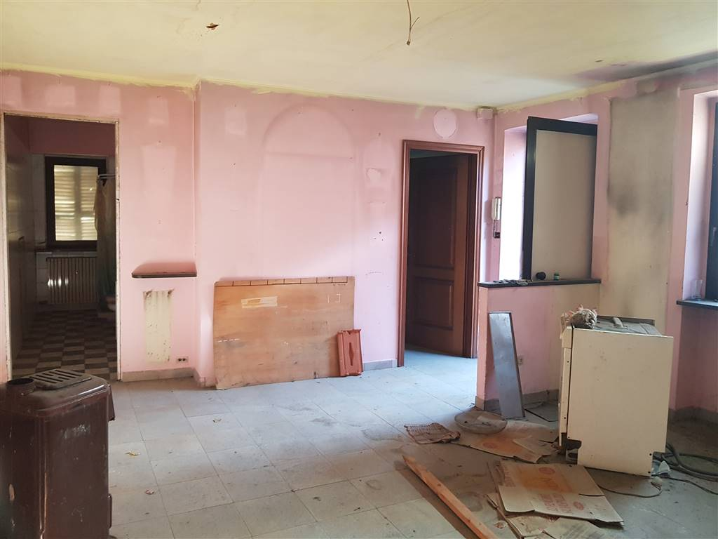 Casa libera su due lati, in centro storico di Cuneo, si sviluppa su due piani più interrato. Al piano interrato, cantina. Al piano terra, locale da