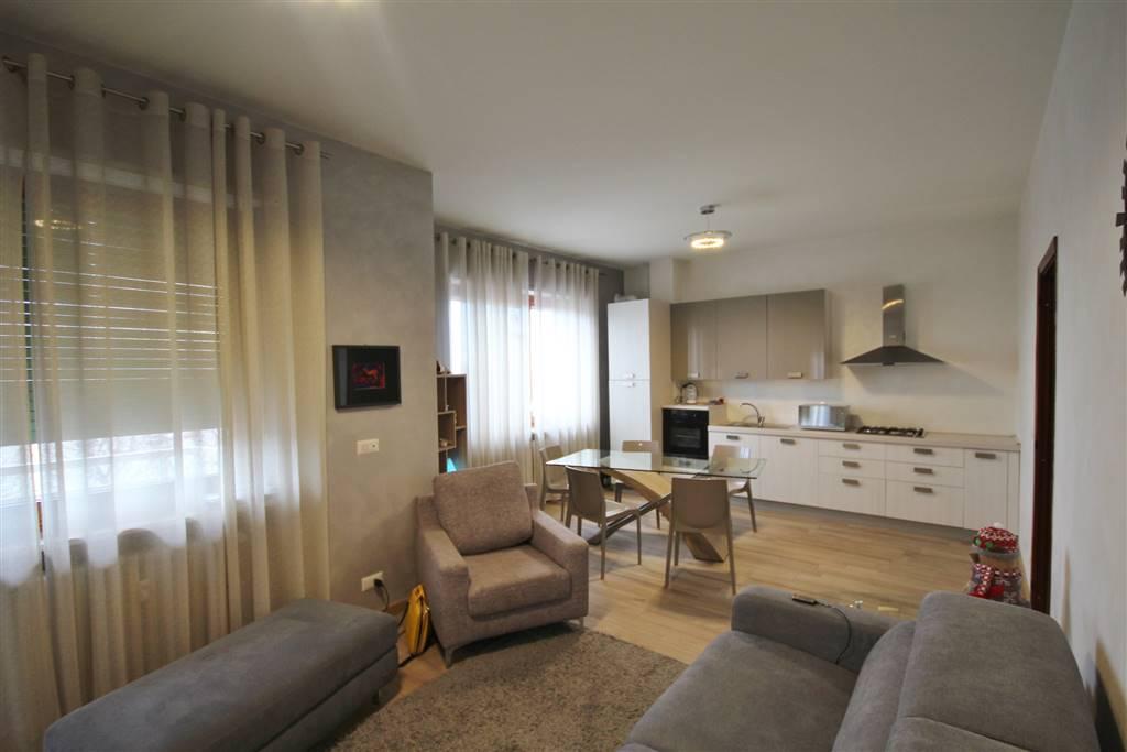 Elegante trilocale finemente arredato composto da Ingresso, zona giorno con cucina, camera da letto, cameretta, servizi, balconi, cantina e posto