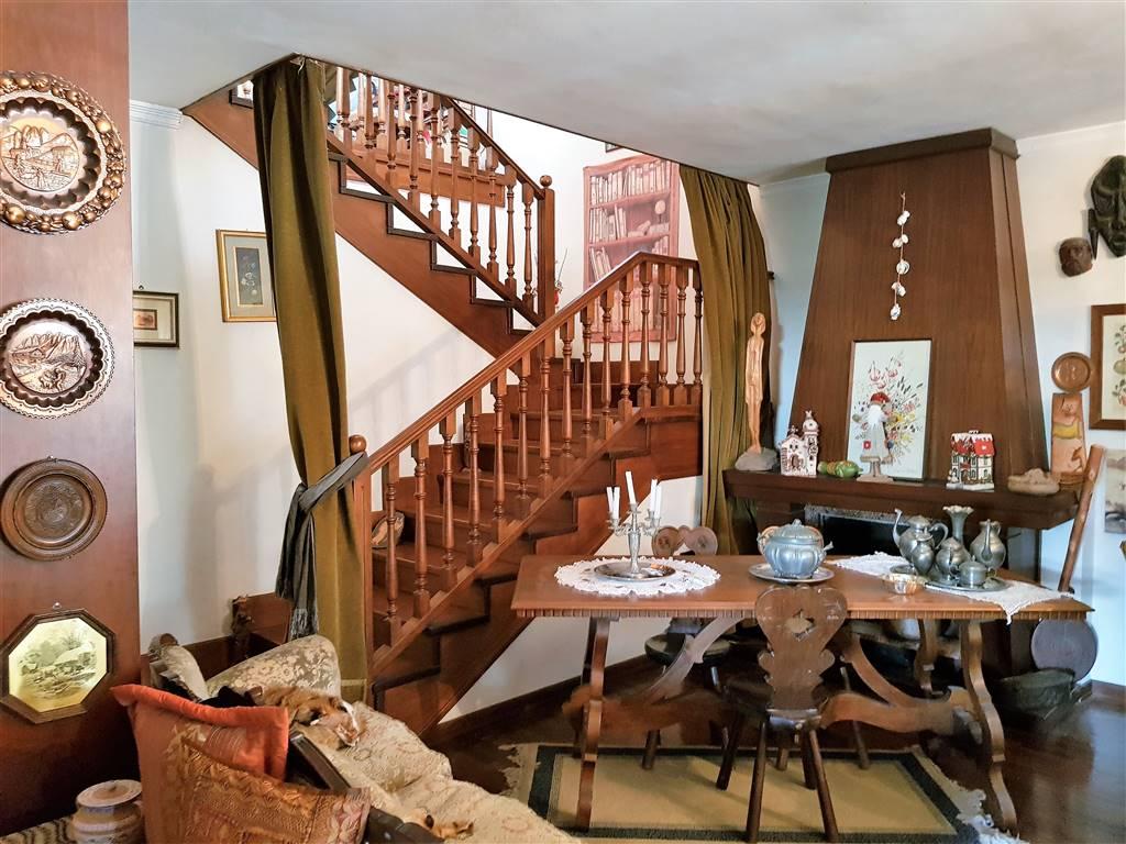 In zona residenziale, in villa bifamiliare, grande appartamento sviluppato su tre livelli. Piano terra ingresso in salone, cucinotto e soggiorno,