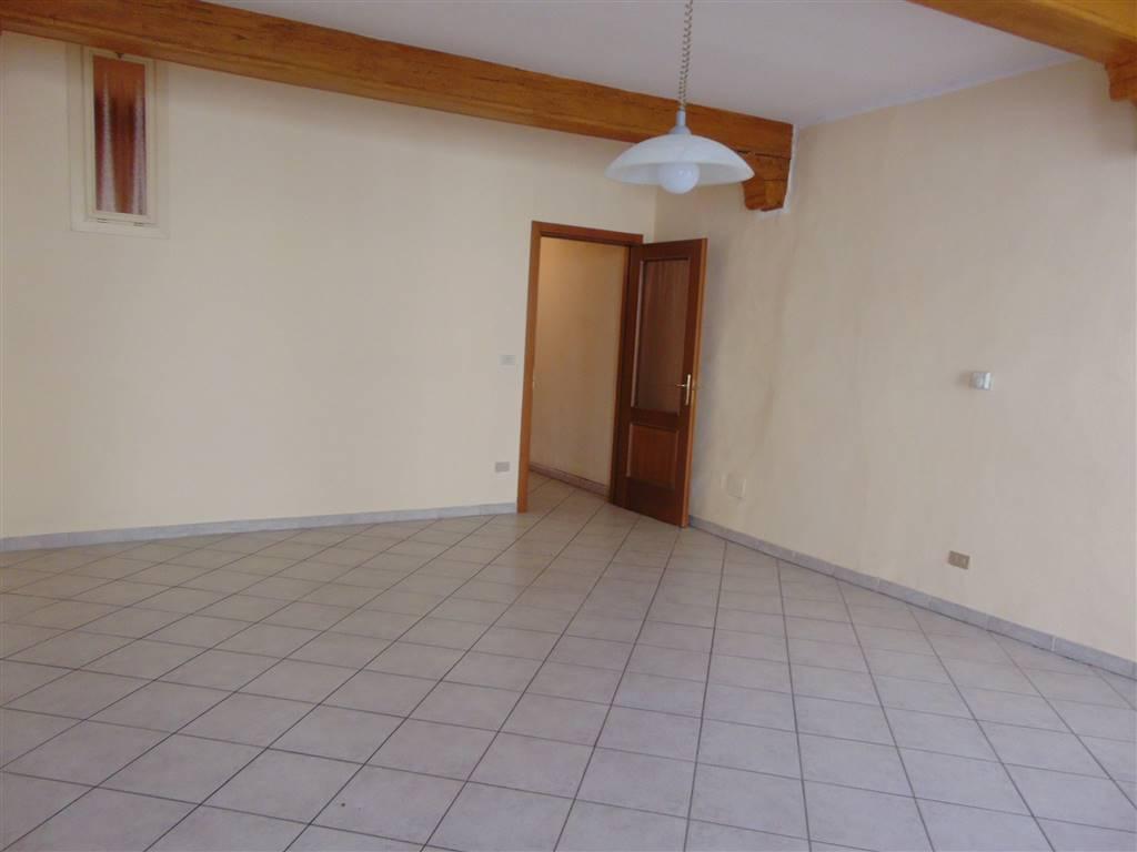 Appartamento in palazzo storico in Via Roma composto da una camera da letto, lungo corridoio, soggiorno con angolo cottura e bagno.