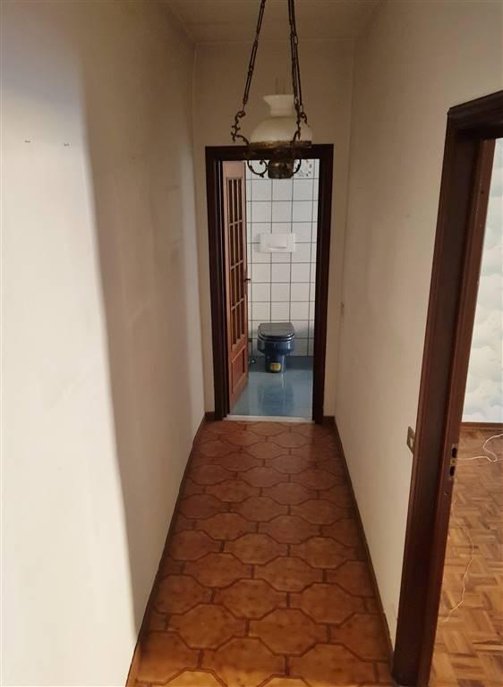 Mondovì Breo, comodo ai parcheggi, proponiamo in vendita appartamento al terzo piano di edificio storico di circa 170 mq. L'immobile, da