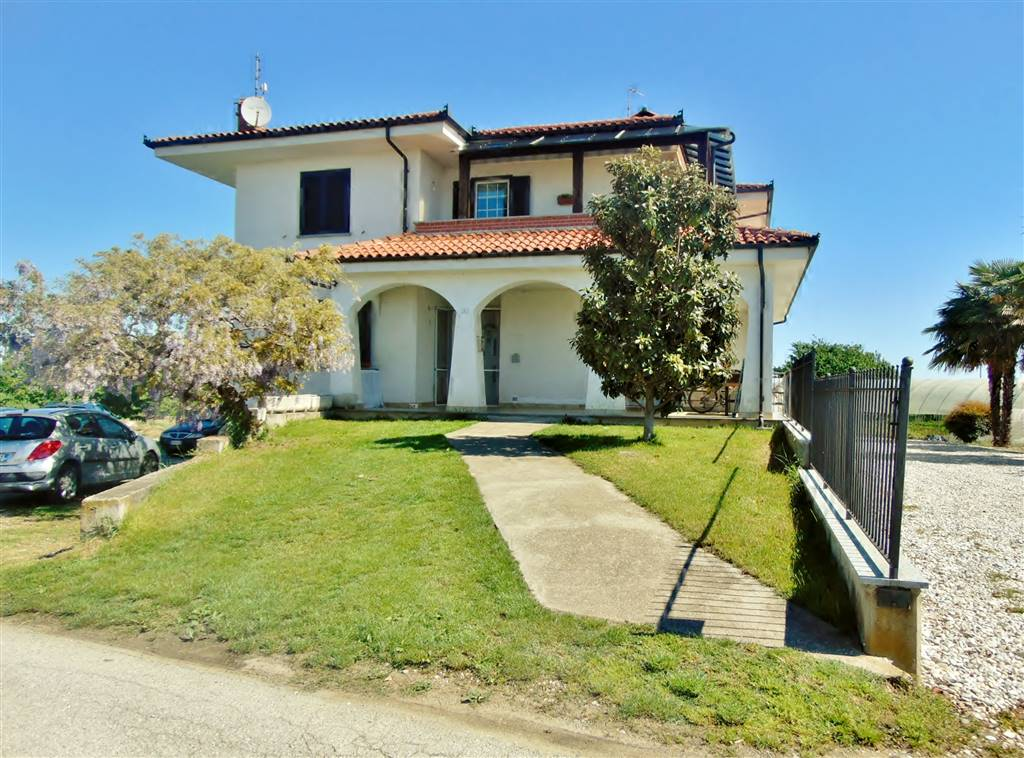 VILLAFALLETTO, Duplex villa for sale of 140 Sq. mt., Habitable, Heating Individual heating system, Energetic class: B, placed at 1° on 1, composed