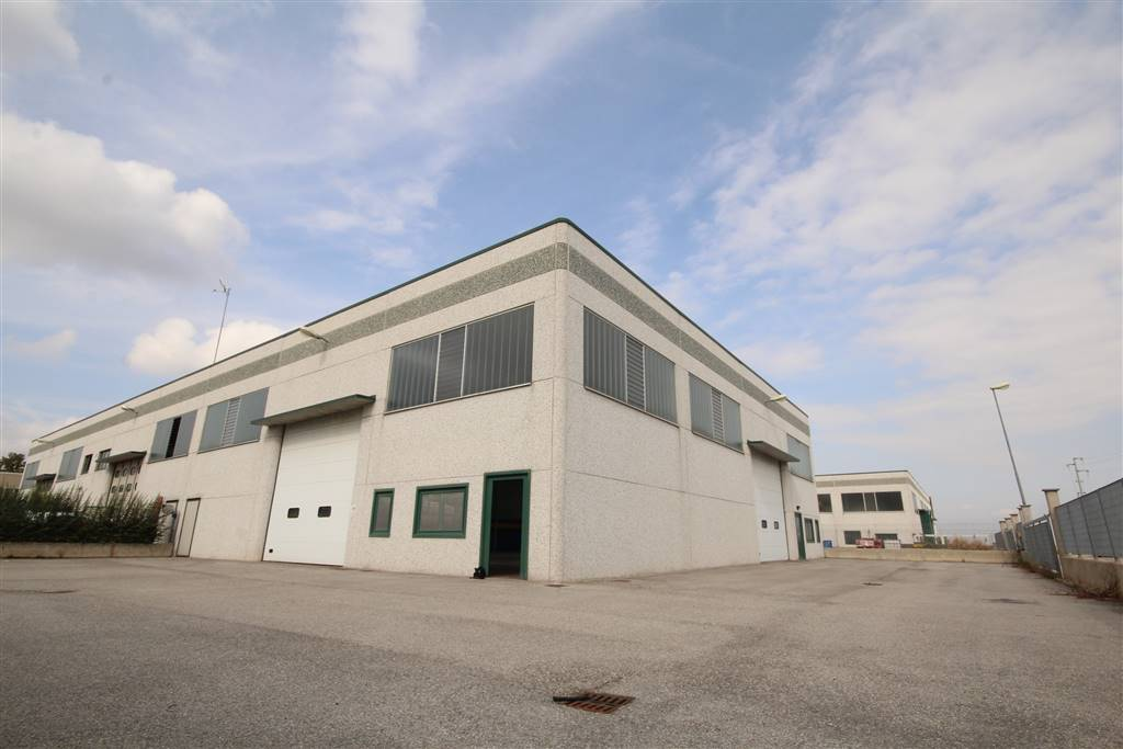 CASTELLETTO STURA, Industrial warehouse for rent of 500 Sq. mt., Excellent Condition, Heating Non-existent, Energetic class: G, placed at Ground,