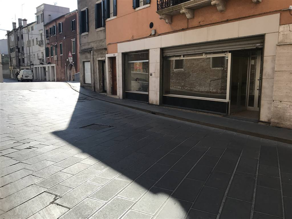 RIf. 2664A CHIOGGIA CENTRO STORICO - Negozio in Affitto nel Cuore di Chioggia, locale storico in zona di fortissimo passaggio, avente nove metri di