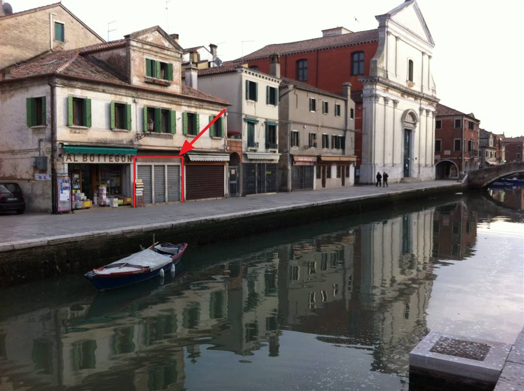 CHIOGGIA CENTRO, CHIOGGIA, Shop for rent of 30 Sq. mt., Be restored, Heating Non-existent, Energetic class: G, placed at Ground, composed by: 2 Rooms,