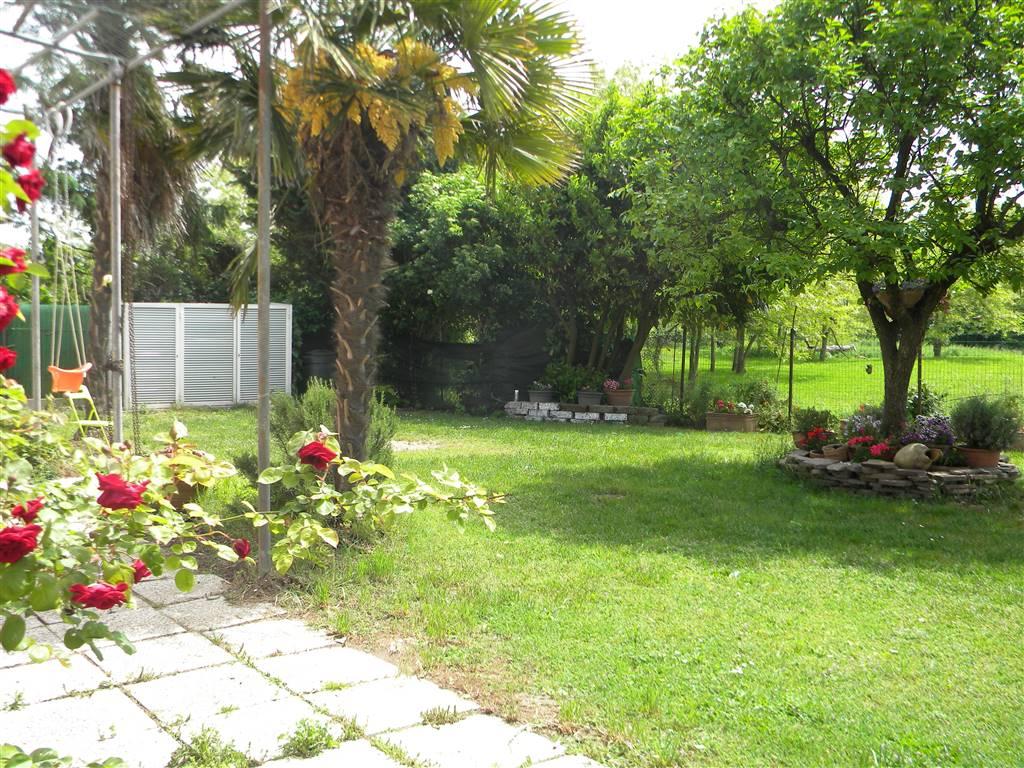 Rif. 2796 SOTTOMARINA - Singolare unità immobiliare posta subito prima dell'ingresso della città di Chioggia e con la comodità di un' enorme giardino