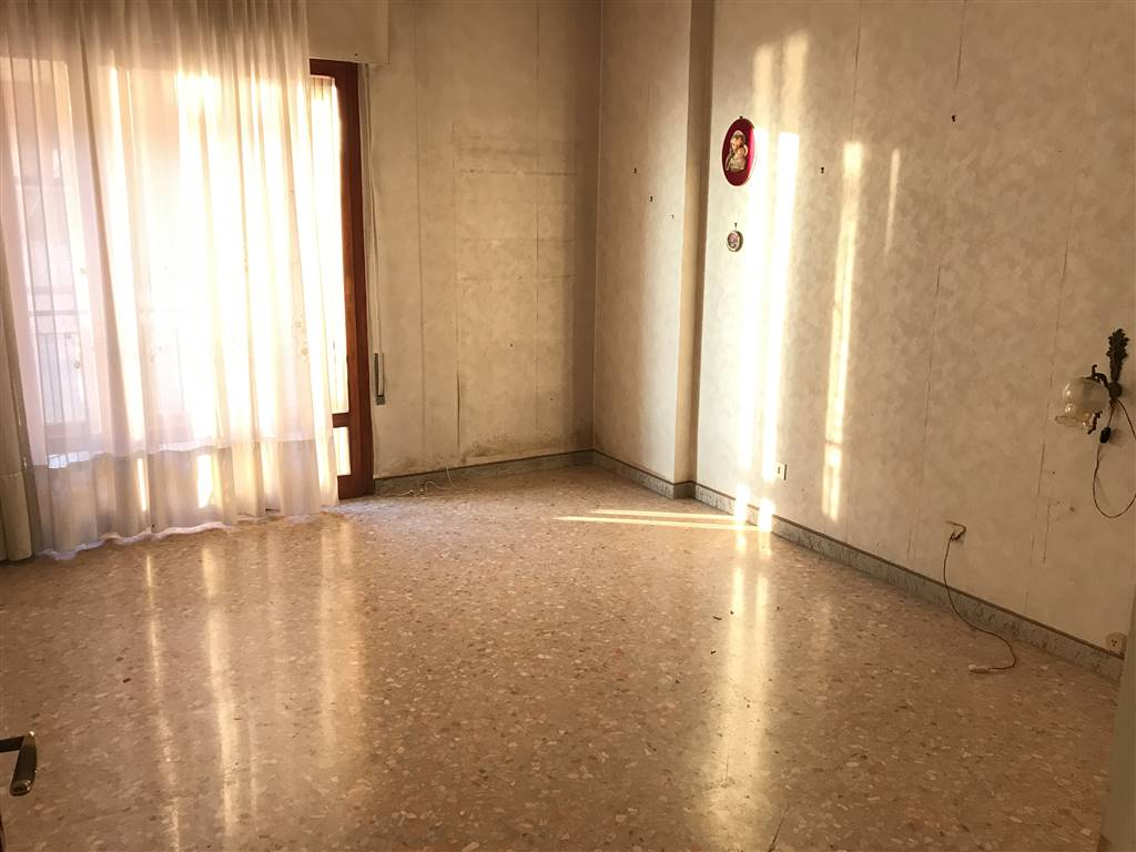 CHIOGGIA CENTRO, CHIOGGIA, Apartment for sale of 110 Sq. mt., Be restored, Heating Centralized, Energetic class: G, placed at 1° on 4, composed by: 5