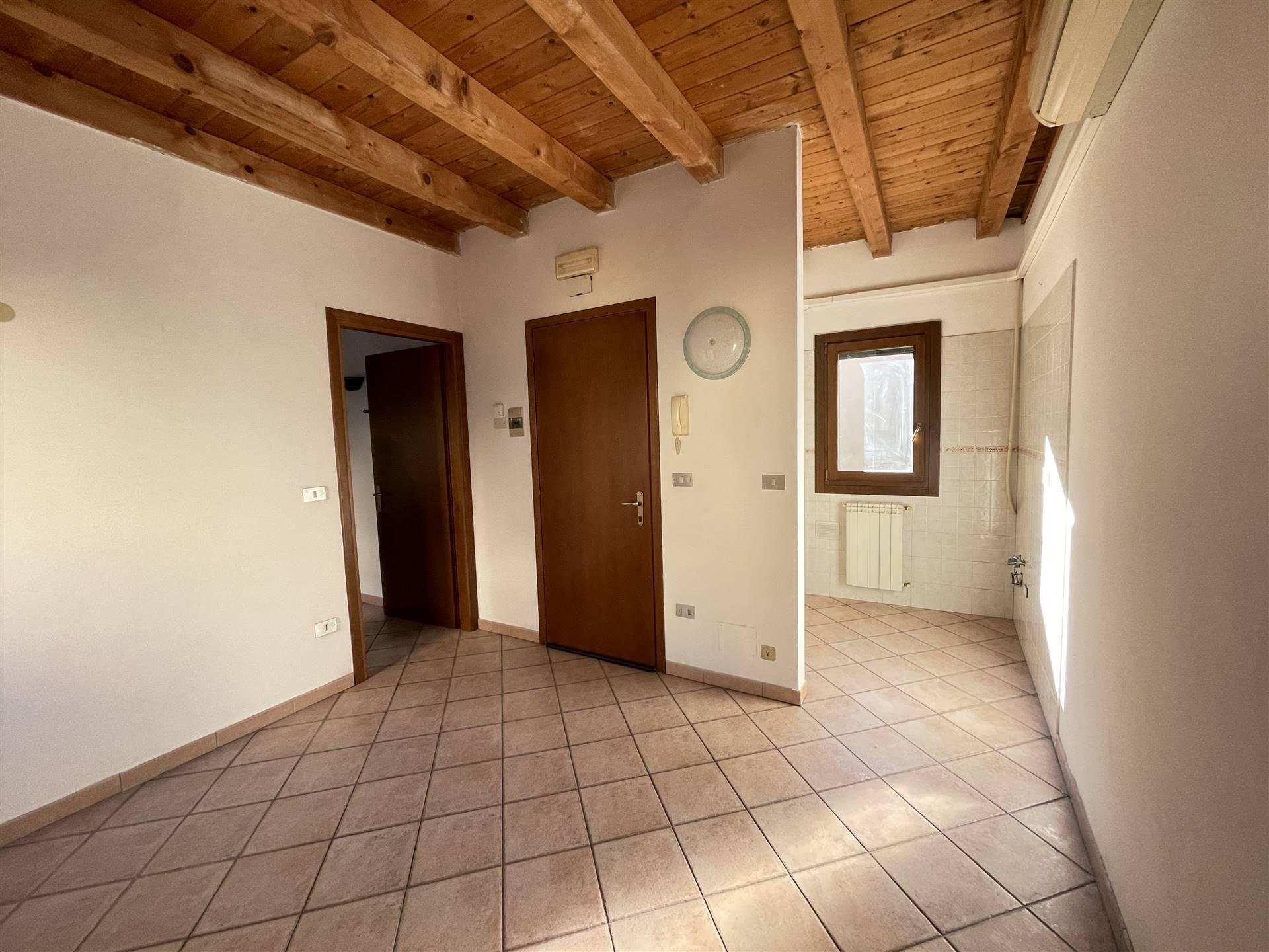 Rif. 3054A CHIOGGIA CENTRO STORICO - Appartamento in affitto a Chioggia, al secondo piano di una palazzina di 4 unità abitative, appartamento di