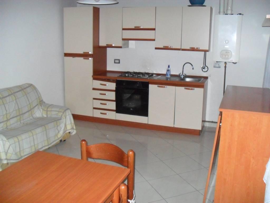 Rif 3156 CHIOGGIA ZONA VIGO. Affittasi appartamento diposto su due livelli, composto da soggiorno con angolo cottura e bagno al piano secondo, camera