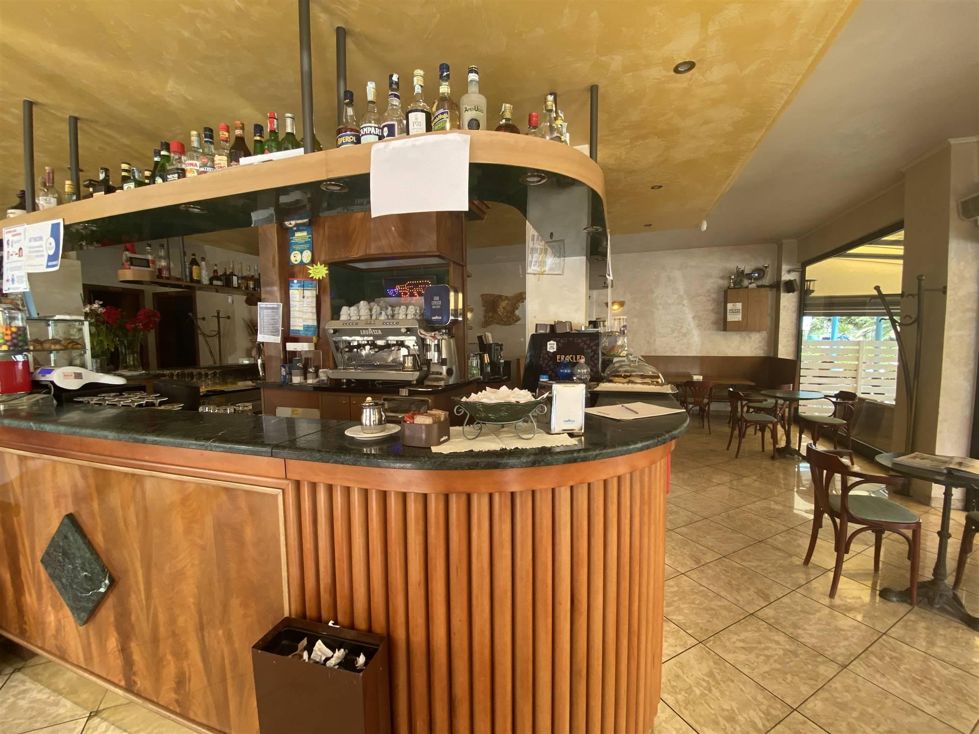 Rif. 3161: Vendesi attività di bar in via Cristoforo Colombo, a pochi passi dalla spiaggia e zona di passaggio. All'interno 100 mq, esterno 80 mq con