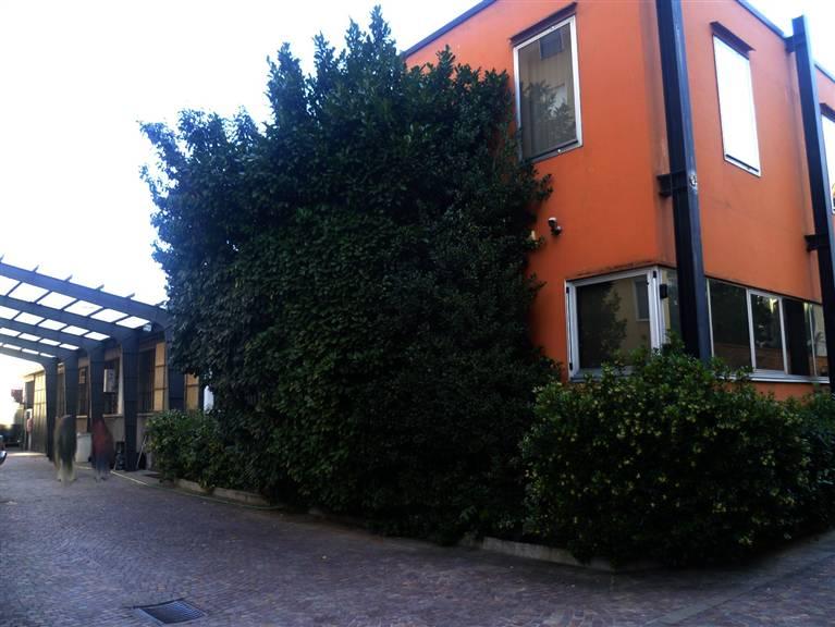Locale commerciale in Via E. Chinotto 28, Bande Nere , Primaticcio , Inganni, Milano
