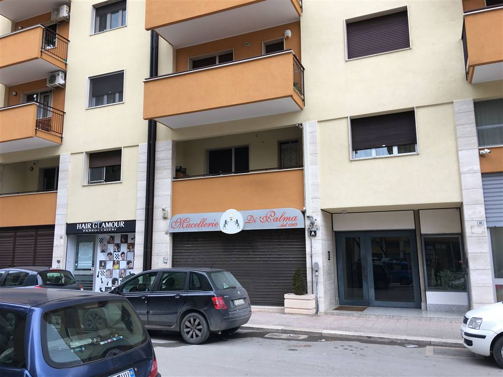 Locale commerciale in Via Martiri Di Bologna  42, Andria