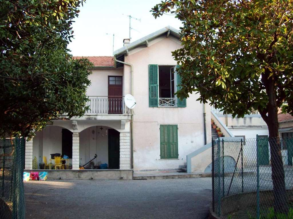 Unique offer! Bordighera Villa 500 sqm (with the possibility of increasing square) with Park in the Central area, 150 metres from the sea, near the