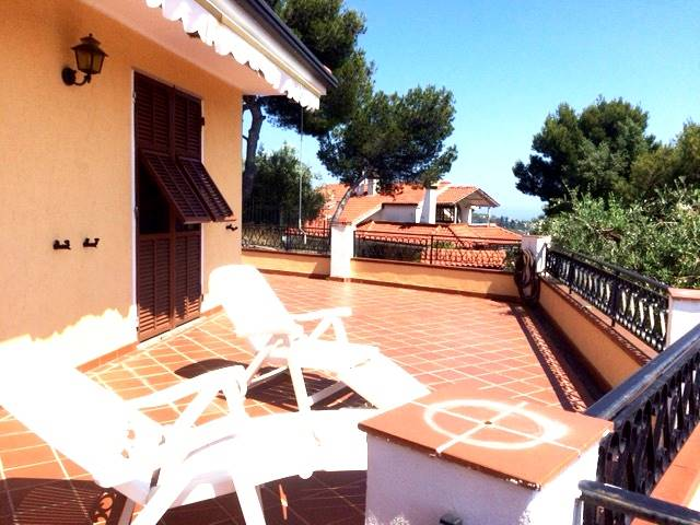 PRIMA COLLINA, BORDIGHERA, 2-family villa for sale with an area of 280 Sq.m. with sea views. Excellent condition. It consists of 2 independent living