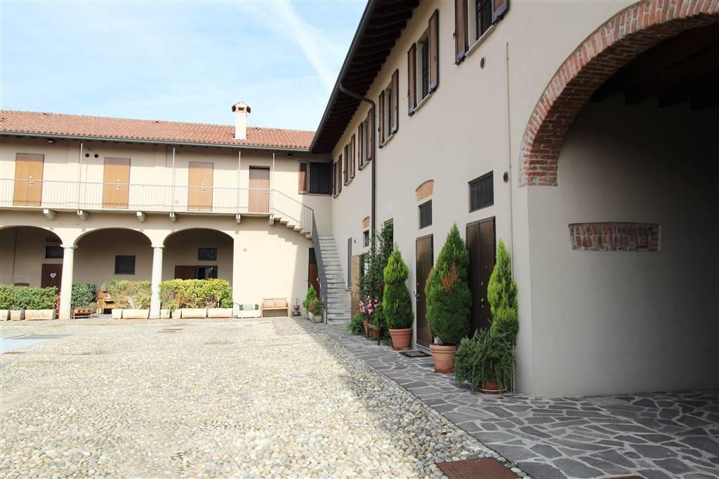 Nella splendida cornice della cascina Sant'Ambrogio proponiamo ampio appartamento di due locali. La proprietà e la struttura esterna sono state