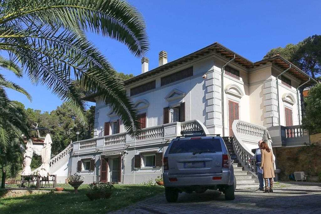 Villa livorno vendita zona quercianella 500 mq for Garage con planimetrie abitative