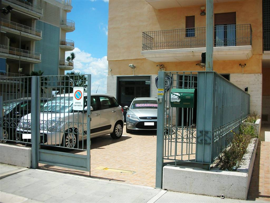 In zona Canosa alta e precisamente alla Via Ugo La Malfa, si propone la locazione di un locale commerciale avente una superficie interna di Mq. 115