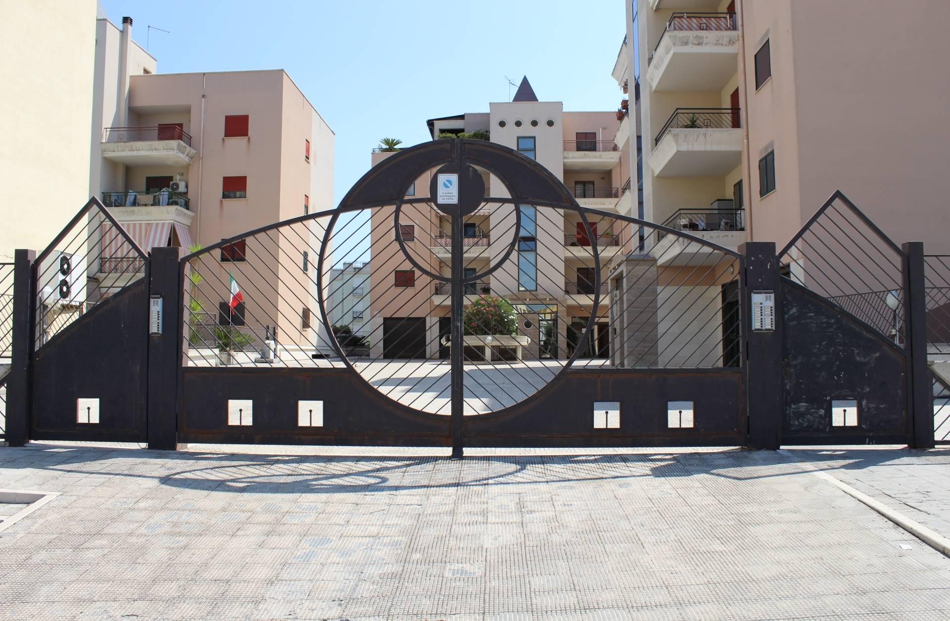 In zona 167 e più precisamente in Via Giovanni Falcone proponiamo la vendita di un appartamento in ottime condizioni, posto al 3° piano di un