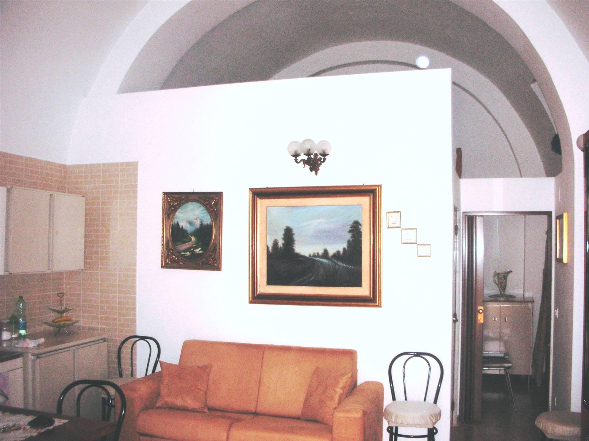 In Via Niccolò Piccinni e più preciamente una traversa di Corso Garibaldi, proponiamo la vendita di un'abitazione indipendente posta a piano terra