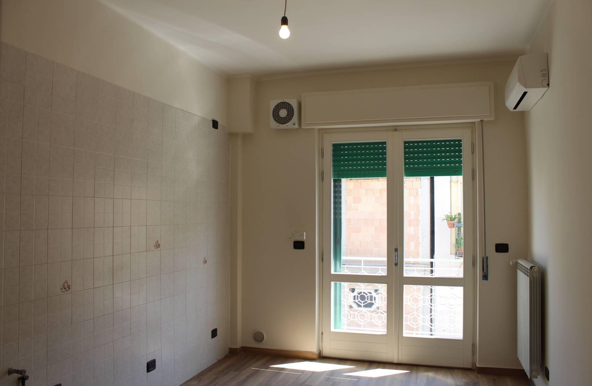 In Via Oberdan, nei pressi del centro cittadino, proponiamo un appartamento completamente ristrutturato posto al 1° piano di un condominio.