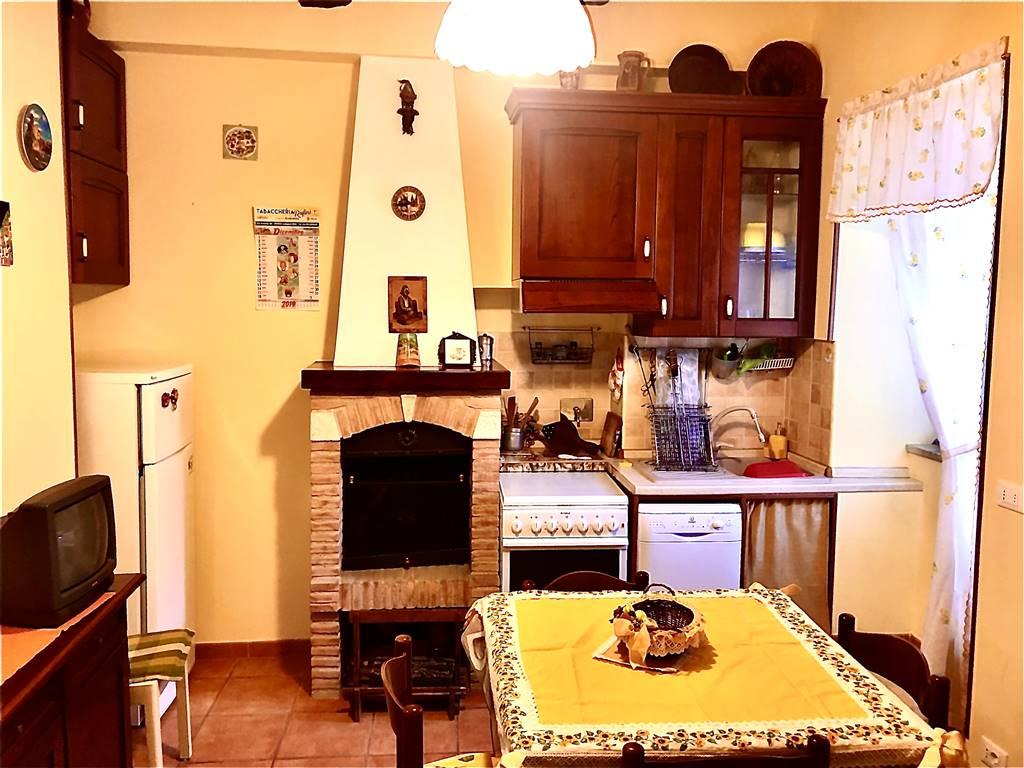Appartamento in vendita a Tolfa, 3 locali, prezzo € 70.000   CambioCasa.it